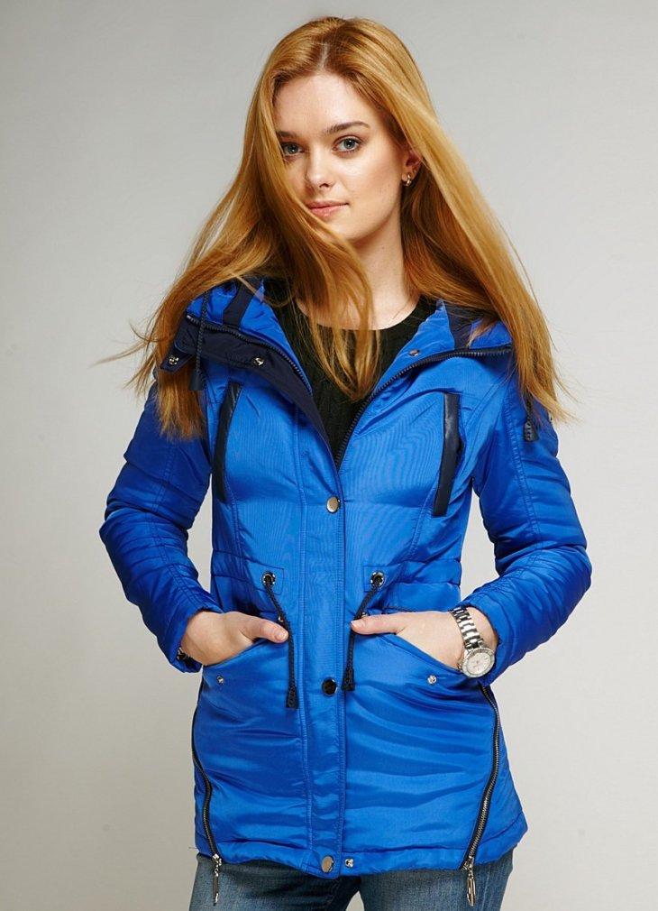 Женские куртки отличаются легкостью и практичностью — имеют капюшон и  непромокаемы. Такая вещь приспосабливаема к любым особенностям весны и  осени. f3bb78ada3b